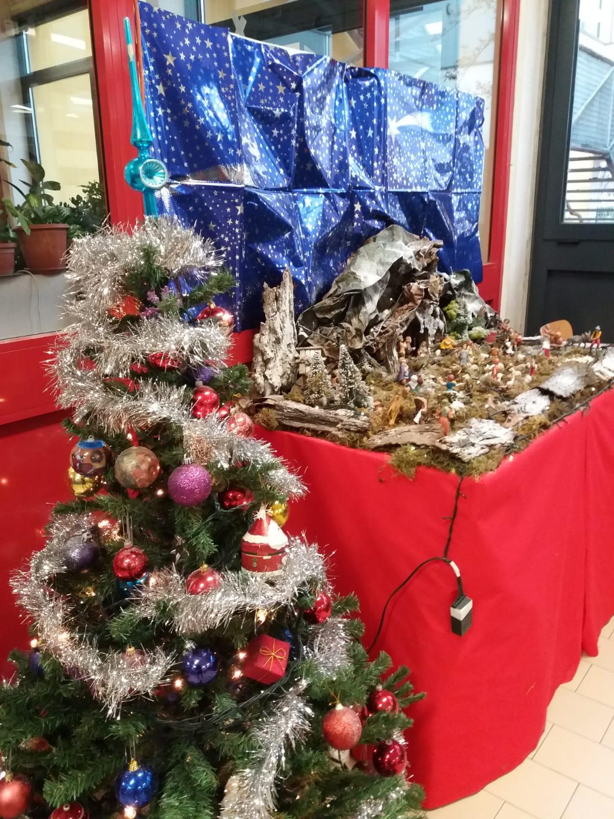 Buon Natale E Buone Feste Natalizie.I Nostri Migliori Auguri Di Buon Natale E Buone Feste Alunni